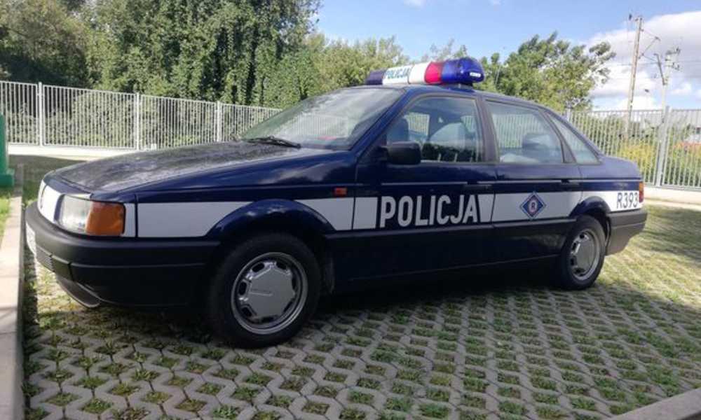 Radiowóz z oznakowaniem z lat 90. zatrzymany przez policję Fot. Policja