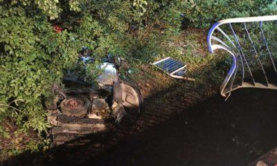 """Samochód przerwał """"bariery"""" na moście w Chodakowie. Fot. Policja"""