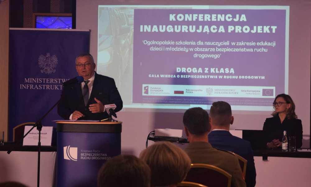 Minister infrastruktury i szef Krajowej Rady BRD Andrzej Adamczyk podczas konferencji inaugurującej projekt szkolenia nauczycieli Fot. MI
