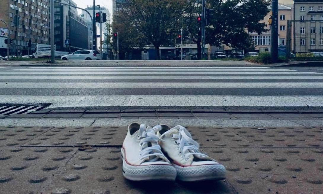 Piesza Masa Krytyczna położyła białe buty w miejscach, gdzie ginęli piesi w Polsce. Źródło: Miasto Jest Nasze/Twitter