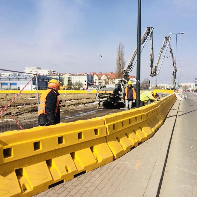 Profile barier Sofibox są lekkie, można je ustawiać bez ciężkiego sprzętu, a potem zalać betonem. Na zdjęciu prace na ul. Płaskowickiej w Warszawie. Fot. mat prasowe