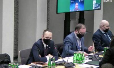 Na Komisji Infrastruktury rządową nowelizację prawa m.in. w sprawie pieszych przedstawiał wiceminister infrastruktury Rafał Weber (z lewej). Towarzyszył mu dyrektor Sekretariatu Krajowej Rady BRD Konrad Romik (w środku) Fot. Sejm