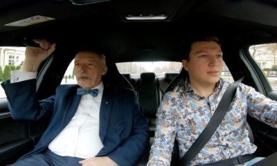 Janusz Korwin-Mikke jadący jako pasażer w samochodzie prowadzonym przez YouTubera Źródło: YouTube