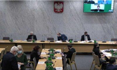 Posłowie na sejmowej Komisji Infrastruktury. Za stołem od lewej: wiceprzewodniczący komisji Cezary Grabarczyk (KO), przewodniczący komisji Paweł Olszewski (KO) i wiceprzewodniczący komisji Jerzy Polaczek (PiS) Źródło: Sejm