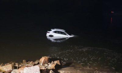 Samochód 70-latka z Wisły po 3 godzinach wyciągnęli strażacy. Fot. Policja