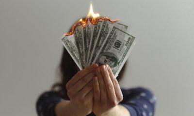 Płonące pieniądze - banknoty. Fot. CC0