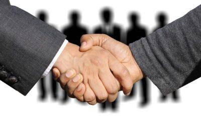 Uścisk dłoni, grupa ludzi Fot. Pixabay