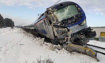 Pociąg InterCity wykolejony po zderzeniu z ciężarówką Fot. KW PSP Białystok