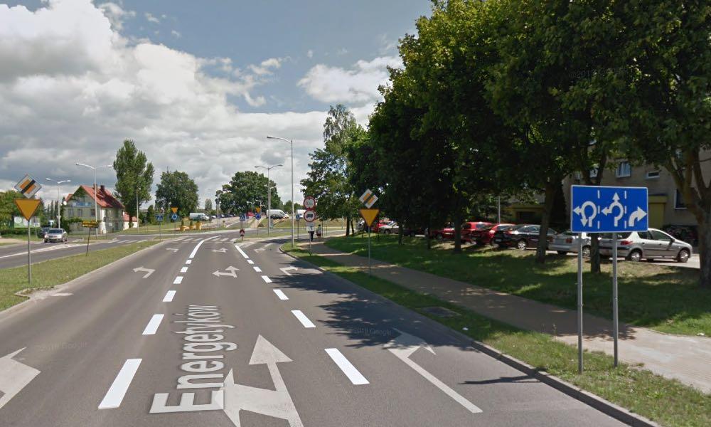 Znaki typu holenderskiego w polskiej adaptacji F10 (kierunki na pasie ruchu). Brak zatwierdzenia w rozporządzeniu. Zdjęcie z Google Street, Zielona Góra ul. Energetyków