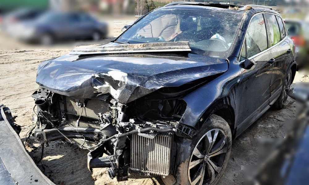 Pijany kierowca z Łotwy uderzył w bariery i latarnie na autostradzie A1. Fot. Policja
