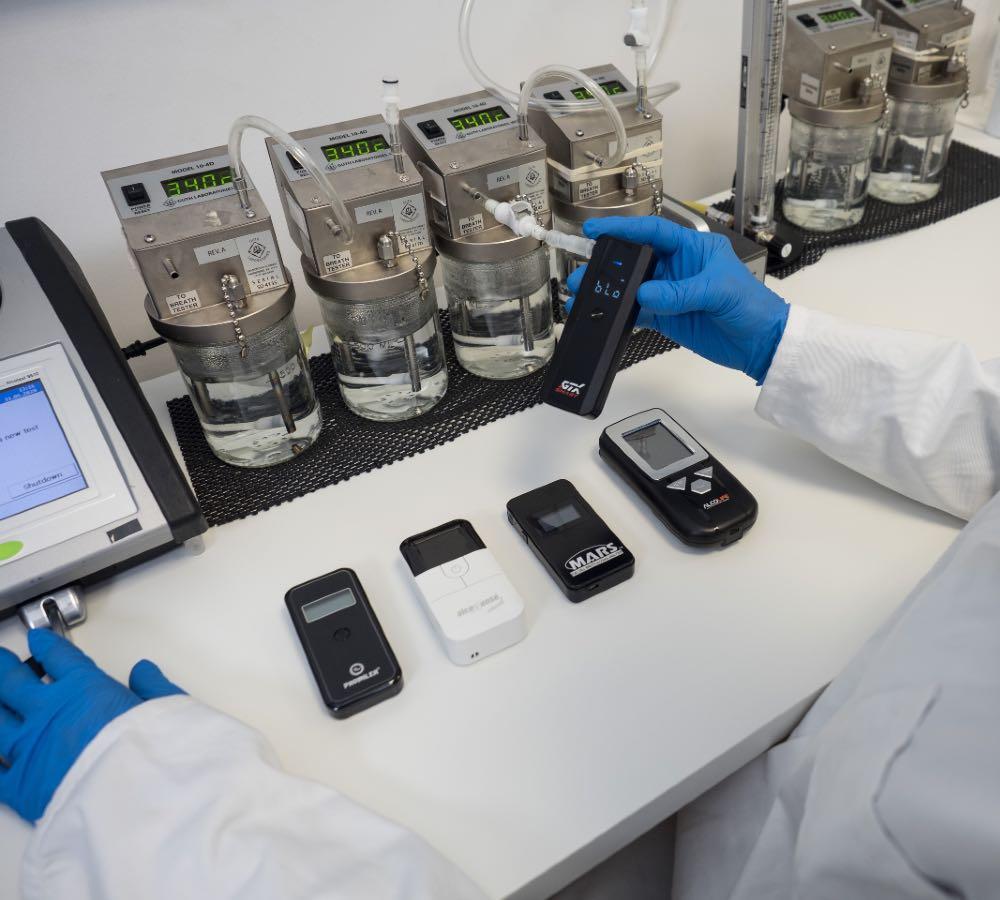 Test przeprowadziliśmy w laboratorium, gdzie mogliśmy poddać urządzenia wymagającym próbom. Fot. brd24.pl