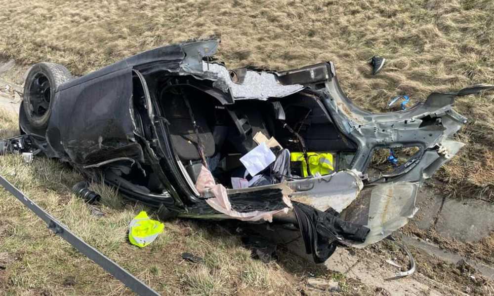 Opel zniszczony po kolizji na autostradzie A1 Fot. Policja