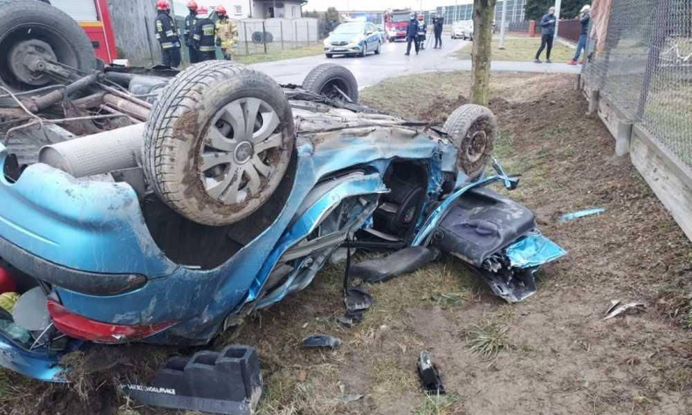 28-latka wypadła na zakręcie i uderzyła samochodem w drzewo. Jej 4-letni synek wypadł z pojazdu i ranny leżał na drodze Fot. Policja