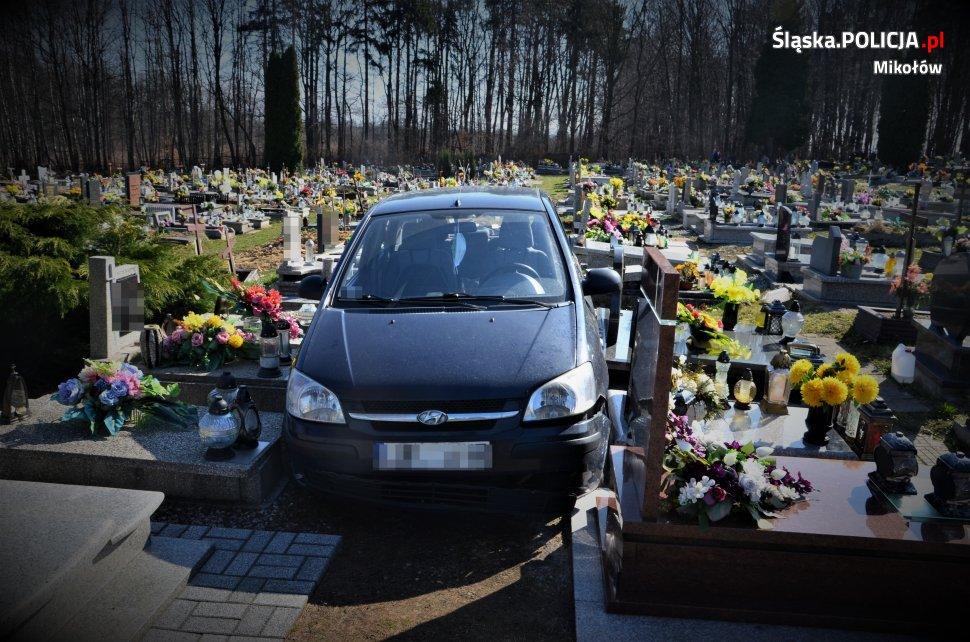 88-latek uznał, że przejedzie samochodem aleją między nagrobkami w Orzeszu. Fot. Policja