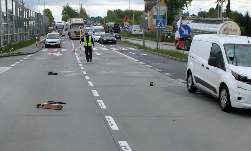 38-letni kierowca wjechał w chłopca prowadzącego hulajnogę po przejściu dla pieszych. Rzeczy dziecka odrzucone zostały na kilkanaście metrów. Fot. Policja