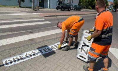 Malowanie napisów przed przejściami w Kętrzynie. Źródło: FB burmistrza Kętrzyna - Macieja Wróbla