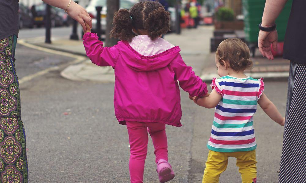 Piesi z dziećmi na ulicy Fot. CC0