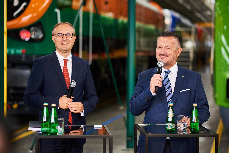 Paweł Borys, prezes Grupy PFR (z lewej) i Krzysztof Zdziarski, prezes zarządu Pesa Fot. Mat. prasowe