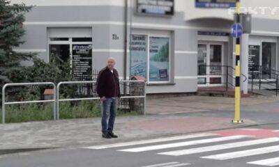 """Były policjant Marek Konkolewski, który od lat domaga się nakazania pieszym podnoszenia ręki przed wkroczeniem na pasy, został nagrany przez """"Fakty"""" TVN, gdy przeszedł przez przejście bez sygnalizowania zamiaru ręką w kierunku kierowcy Źródło: TVN24"""