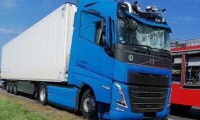 Zniszczona kabina ciężarówki, na którą spadł na A4 samobójcą Źródło: Facebook/OSP Odrowąż