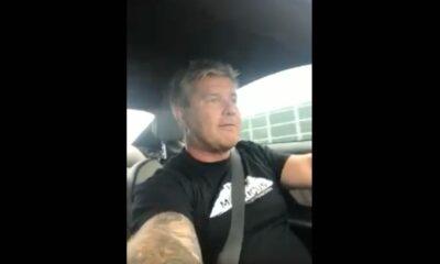 Kuba Bielak zajmujący się smartfonem podczas prowadzenia samochodu Źródło: Facebook/Kuba Bielak