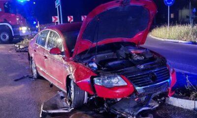 """Kierowca volskwagena """"nie zauważył ronda"""". Wjechał na nie tak szybko, że pojazd został wybity w powietrze i przeleciał kilkadziesiąt metrów Fot. KPP Łańcut"""