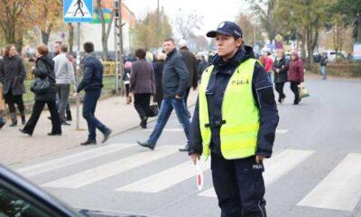 Policjantka zabezpieczająca pieszych na przejściu dla pieszych Fot. Policja