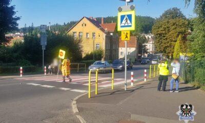 Kobieta kierująca audi uderzyła 12-latka na przejściu dla pieszych przy szkole podstawowej. Policja z Wałbrzycha nie zatrzymała jej prawa jazdy, zakończyła sprawę na mandacie Fot. Policja