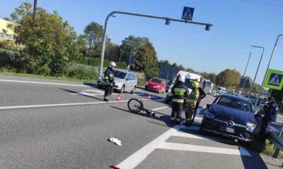 Potrącenie pieszej na przejściu w Sławkowie. W tle widoczny samochód burmistrza Olkusza Fot. Facebook/OSP w Sławkowie