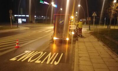 Malowanie napisów dla kierowców przed przejściami dla pieszych w Jaworznie Fot. Tomasz Tosza
