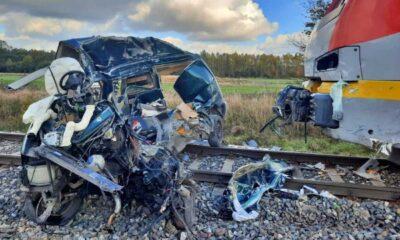 Samochód zniszczony po zderzeniu z pociągiem na przejeździe w Cekanowie Fot. Policka